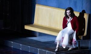 Aušrinė Stundytė in the title role as Elecktra in Krzysztof Warlikowski's production of Strauss's opera .