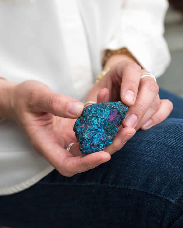 Lucy Crane memegang batu berwarna-warni