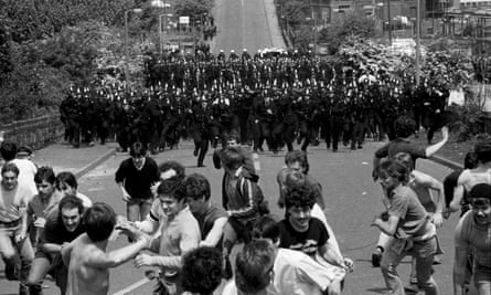 Police officers charge striking miners, mass picket of the Orgreave coking plant, miners' strike, Yorkshire.