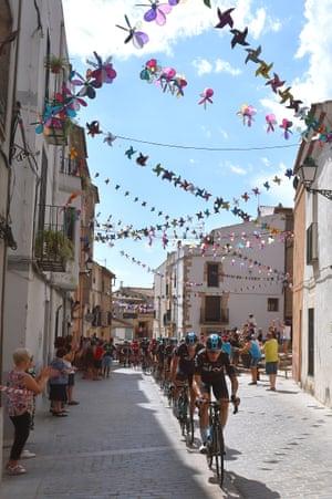 Christian Knees heads the peloton through Vilanova d'Alcolea, also on stage 5