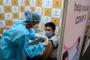 A health worker inoculates a man with a dose of the Covishield vaccine against the Covid-19 coronavirus at a vaccination centre in Mumbai on 26 May, 2021.