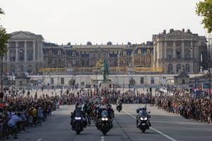 The pack passes Chateau de Versailles.