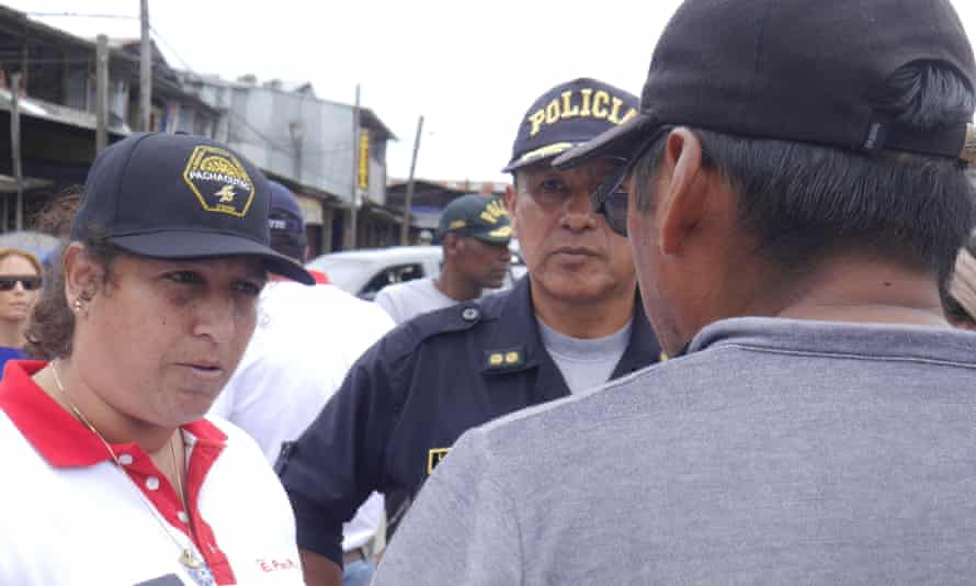 Fabiola Muñoz, flanked by police general Luis Vera, speaks to local leaders in La Pampa.