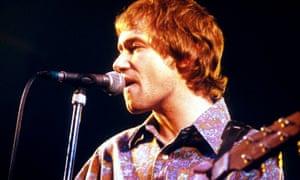 Frontman Simon Fowler performing in 1996