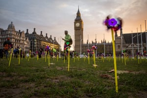 As 2016 was declared the hottest year on record, campaign group 10:10 covered London's Parliament Square with pin wheels to highlighting public support for clean energy