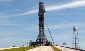 Peluncur seluler Space Launch System NASA berdiri di atas Launch Pad 39B di Kennedy Space Center di Cape Canaveral, Florida pada 1 Juli 2019.