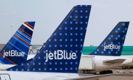 JetBlue Airways aircrafts are pictured at departure gates at John F. Kennedy International Airport in New York June 15, 2013. REUTERS/Fred Prouser/File Photo - RTSMVSV