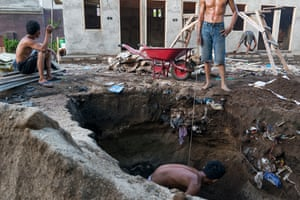 Discharge Here, workers building new tourist bungalows dig up rubbish that had been buried a few years earlier. Since 2011, says Engli, fresh water pipes have been laid, but the septic tanks are overwhelmed – and the wastewater flows unfiltered into the sea.