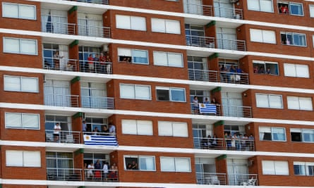 People watch the Punta del Este ePrix from their balconies.