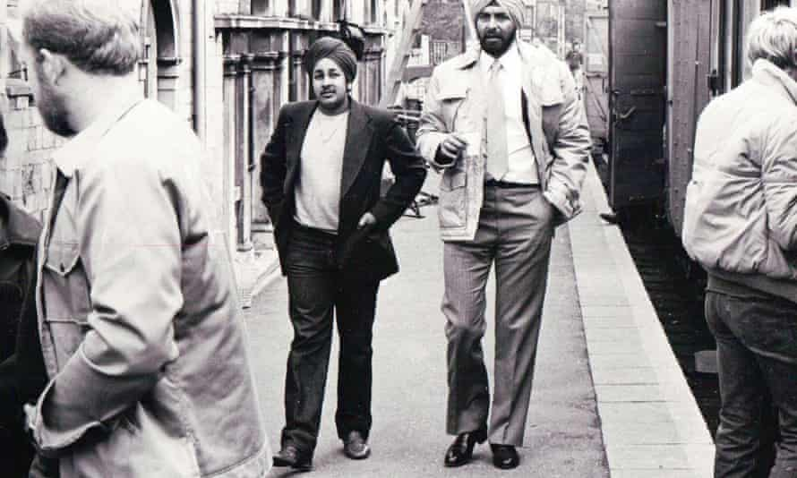 Del hangs out with Kabir Bedi on the set of Octopussy.