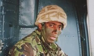 Taitusi Ratucaucau بالزي الرسمي.  شكر أحد المحاربين الفيجيين الذين خدموا في الجيش البريطاني الجمهور لمساعدتهم في دفع تكاليف الجراحة المنقذة للحياة.  كان Taitusi Ratucaucau يواجه فاتورة مستشفى تقارب 30،000 جنيه إسترليني.  تعني حالة الهجرة الخاصة به أنه غير مؤهل للحصول على علاج NHS المجاني على الرغم من أنه خدم في الجيش لأكثر من عقد.