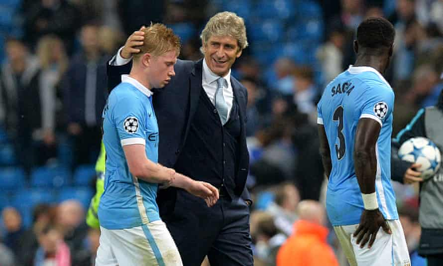 Manchester City's Kevin De Bruyne is congratulated by his manager Manuel Pellegrini after the final whistle.