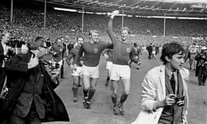 Jack Charlton hold aloft tyhe World Cuyp after4 England's win in 1966.