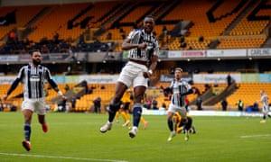 west bromwich albion'dan semi ajayi, takımının ikinci golünü atmayı kutluyor.