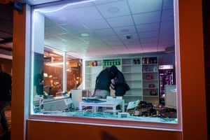 People loot a shop during clashes between police and a large group of young people on Beijerlandselaan in Rotterdam.