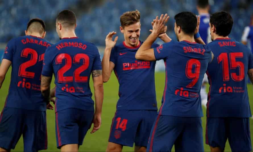 Atlético Madrid's Marcos Llorente (centre) celebrates with Luis Suárez after scoring the second goal.