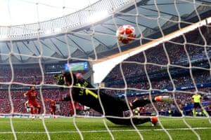 Mohamed Salah's spot-kick evades Hugo Lloris's dive