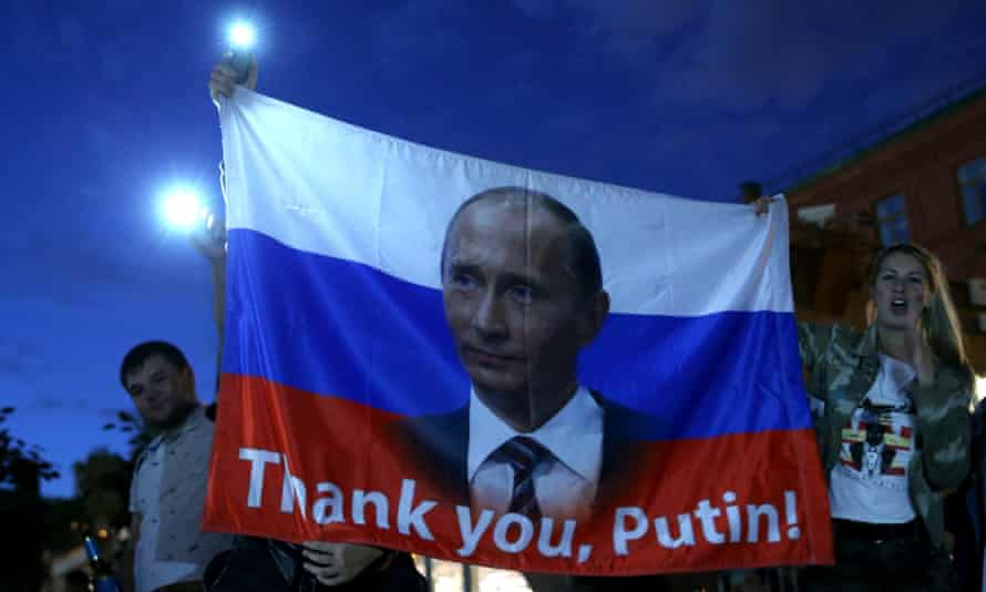 Fans celebrate Russia's victory against Spain.