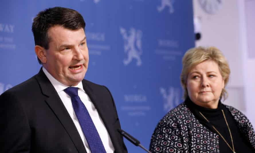 Norwegian minister of justice, Tor Mikkel Wara (L), annoubces his resignation beside PM Erna Solberg in March 2019.