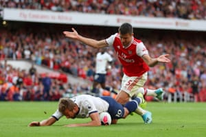 Tottneham's Harry Kane went down in the box after being challenged by Sokratis Papastathopoulos in the dying stages of the north London derby. Replays shows the England striker had motioned towards his opponent and drawn the contact, so it was no surprise that the referee waved away his penalty appeals and both sides had to settle for a draw.