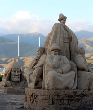 Sand sculptures of Kyrgyz heroes in Cholpon-Ata ahead of the games.