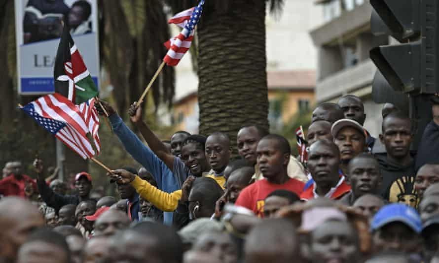 Crowds of Kenyans gather to watch the passing of Obama's motorcade