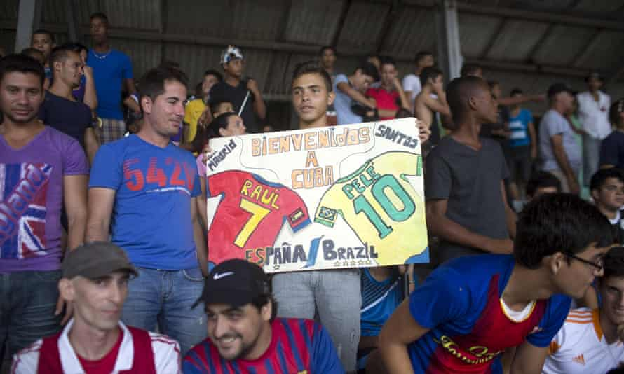 A boy holds a sign welcoming Pele and Raul to Cuba.