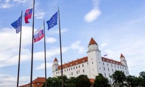 在布拉索夫城堡附近的斯洛伐克和欧盟旗子。斯洛伐克周五接任欧盟轮值主席国,