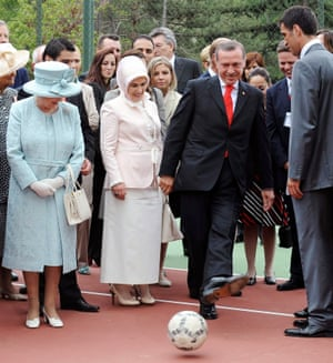 The then Prime Minister Erdoğan shows ioff his football skills to the Queen, in 2008