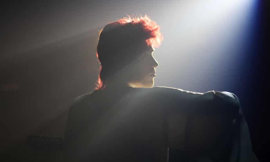 Johnny Flynn as David Bowie in Stardust.