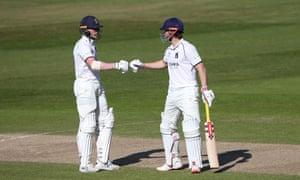 Rob Yates (L) and Sam Hain enjoy a useful partnership for Warwickshire