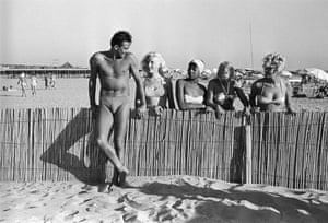 Chiari in a swimsuit is watched by women in bikinis