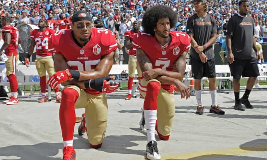 Colin Kaepernick (à droite) et Eric Reid des 49ers de San Francisco prennent le genou pendant l'hymne national avant un match de la NFL.