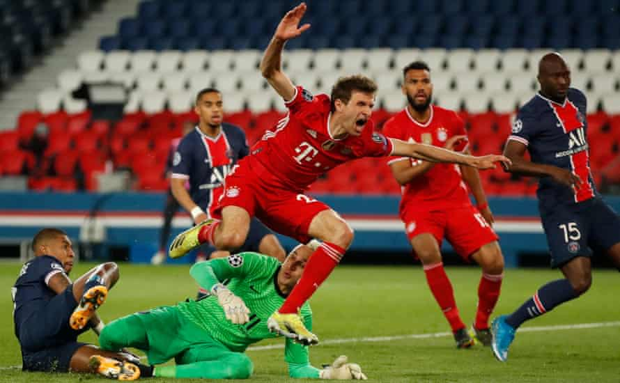 Bayern Munich's Thomas Müller and the PSG goalkeeper, Keylor Navas