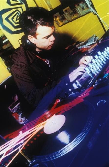 Paul Oakenfold DJing در لندن.