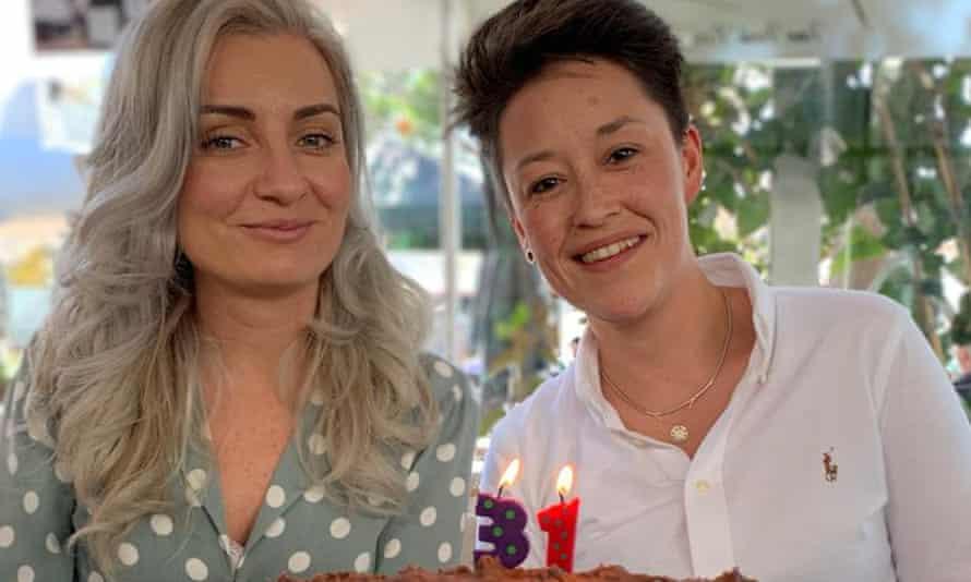 راشل استوکلی (راست) در حال جشن تولد مشترک با بهترین دوستش