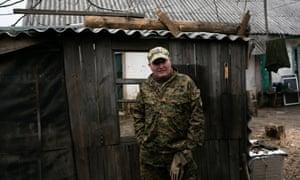 یک سرباز اوکراینی که کنار نامزد گره کبا می رود