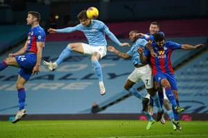 manchester city'nin i̇ngiliz defans oyuncusu john stones (c) topun kafasına sıçradı ve açılış golünü attı.
