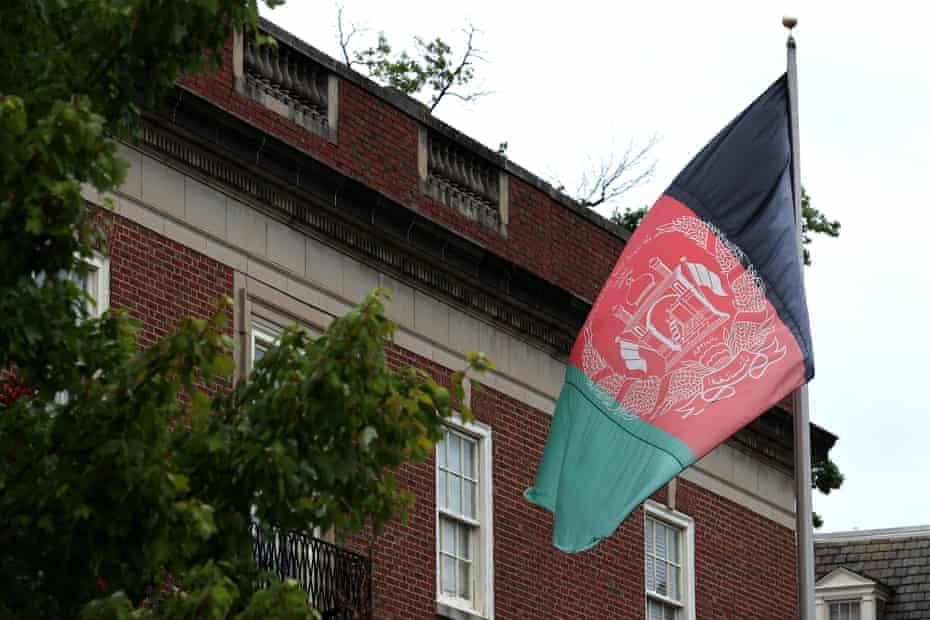 La embajada afgana en Washington, D.C. todavía enarbola la bandera del país.