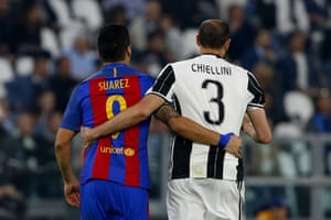 Suárez and Chiellini during the 2011 Champions League quarter-final in Turin.