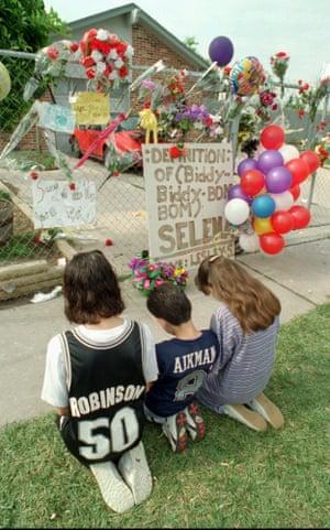 عزاداران جوان در بیرون از خانه سلنا در تگزاس یک روز پس از مرگ او در آوریل 1995.