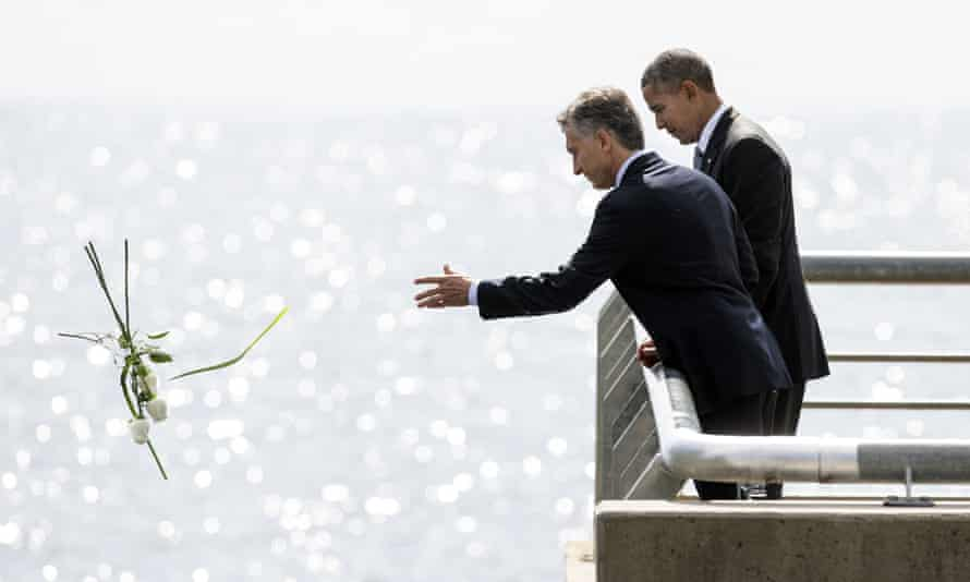 Argentinian president Mauricio Macri and President Obama make a floral offering in honor of the victims who disappeared during the military dictatorship, on 24 March 2016.