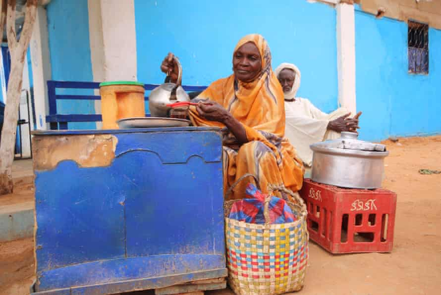 Fadul serves tea at her spot outside the Ombada prison.