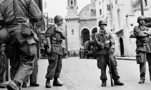 French troops seal off the casbah in Algiers in 1956 during the Algerian war of independence.