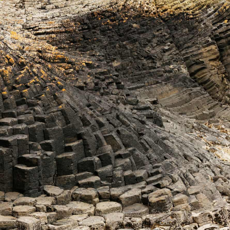 The hexagonal basalt columns that surround the island are the result of volcanic activity and are similar to those of the Giant's Causeway, across the Irish Sea
