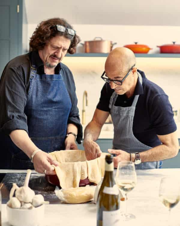 Jay Rayner y Stanley Tucci forran una fuente para hornear con pasta-hojaldre