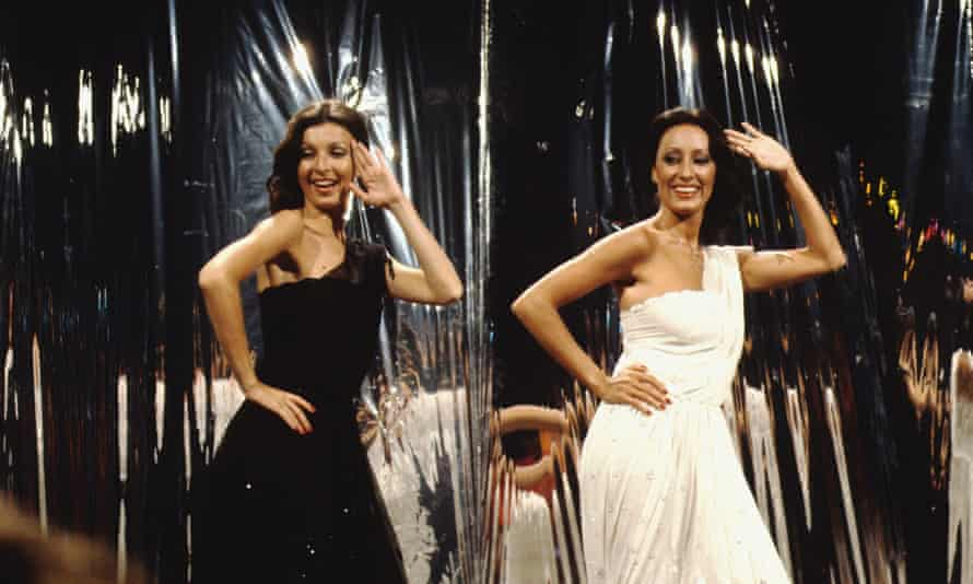 Mendiola, right, and Mayte Mateos performing in the late 1970s.
