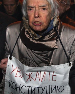 Lyudmila Alexeyeva protesting in 2009 with a banner that reads 'Respect the Constitution'.