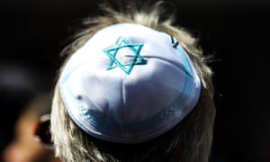 A man wearing a kippah takes part in the solidarity initiative in Berlin.
