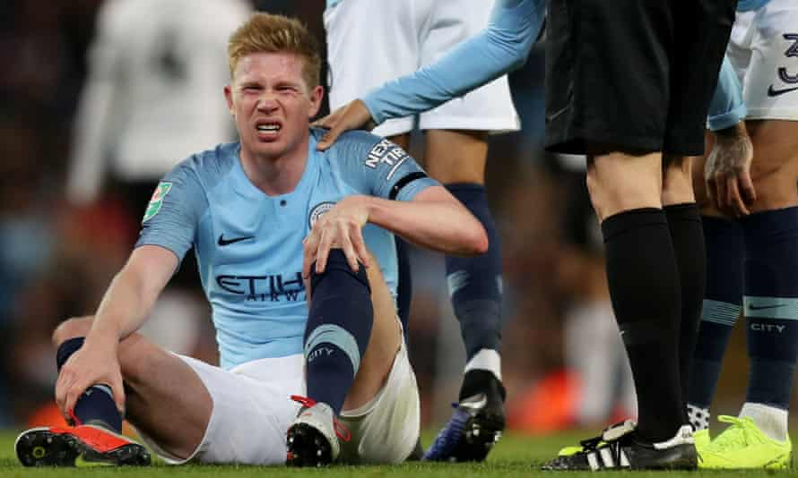 Manchester City's Kevin De Bruyne feels pain in his left knee against Fulham.